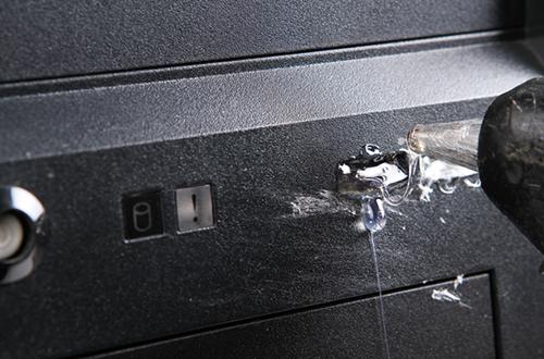 Usar pegamento caliente para bloquear los puertos USB